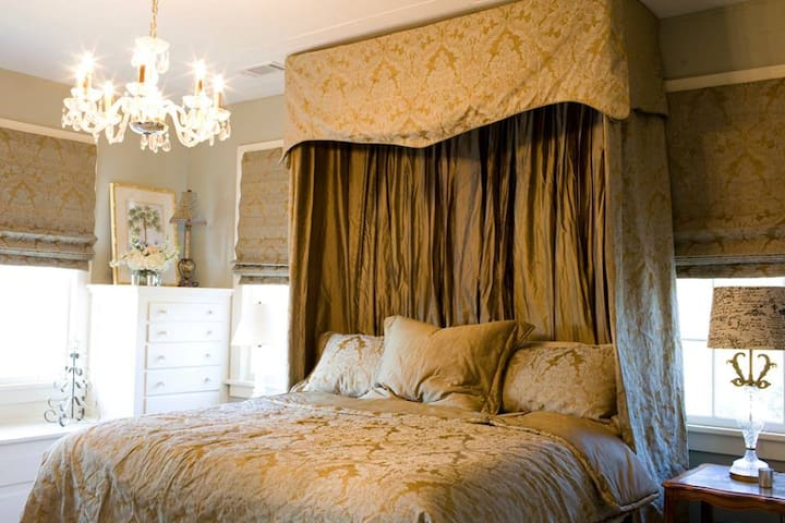 The Versailles Room at The Bay Bed & Breakfast - Hattiesburg