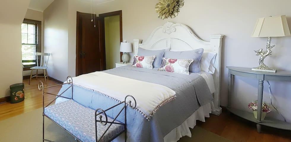 master bedroom queen bed (up Stairs)