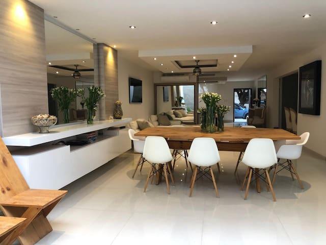 Habitacion privada , en casa moderna y espaciosa.