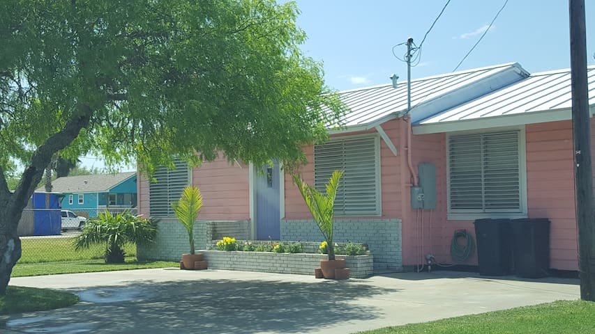Little Pink Bungalow (3/2) Sleeps 6 - Rockport - Hus