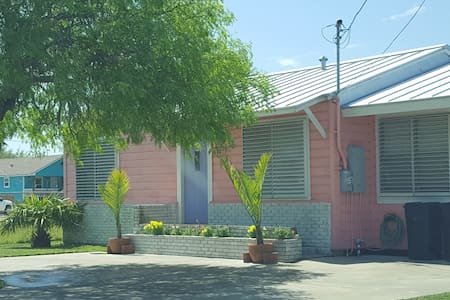 Little Pink Bungalow (3/2) Sleeps 6 - Ház