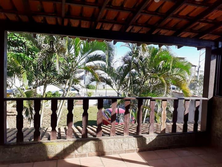 Suíte independente a 50 metros da praia de Itaúna