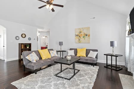 Sleeps 8! Private & Spacious Home Near Ft.Campbell