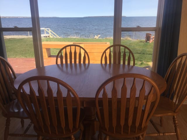 Oceanfront cottage on Cocagne Bay - Grande-Digue - Hytte (i sveitsisk stil)