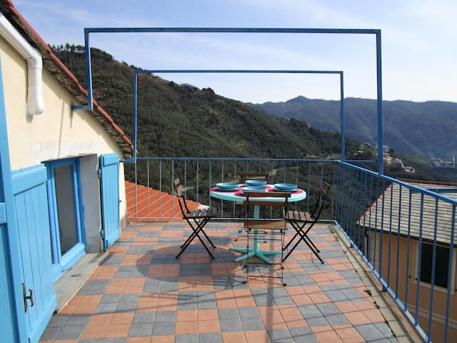 A nest in the village, with terrace and view - Lavaggiorosso - House