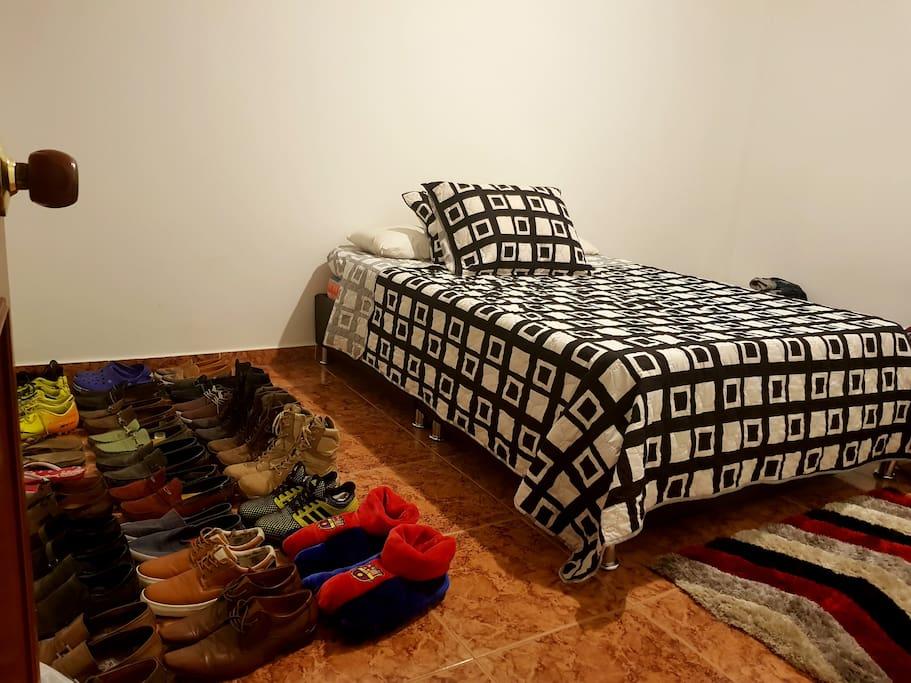 Son 2 habitaciones igual a esta, con cama doble y no tengo closet o guarda ropa