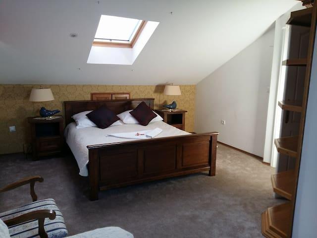 Dvokrevetna soba sa bračnim krevetom *No 10