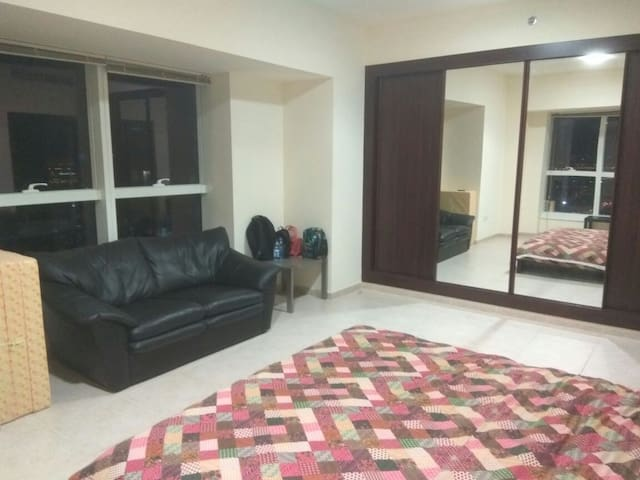 Dubai Marina Master Bedroom With Ensuite Washroom Flats For Rent In Dubai Dubai United Arab