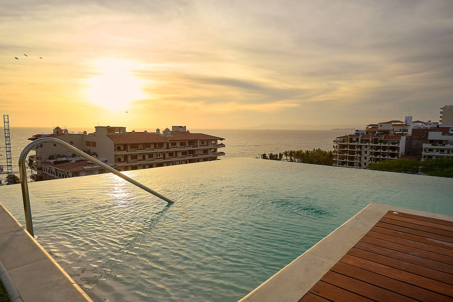 Enjoy your stay with us with an infinity pool