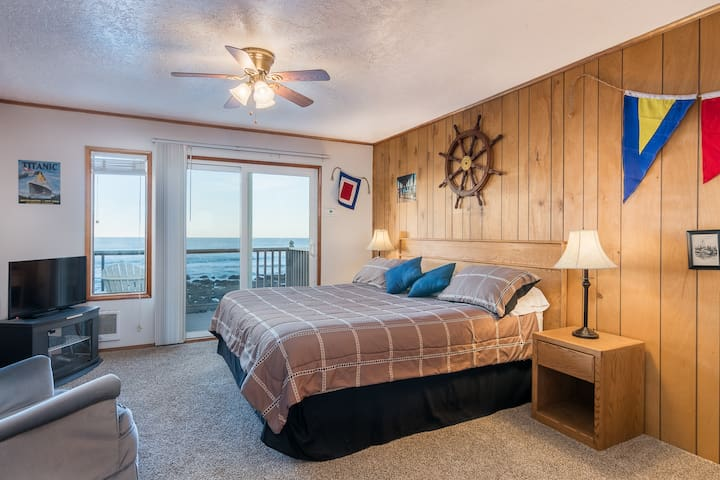 Quarterdeck - Oceanfront, balcony, kitchen.