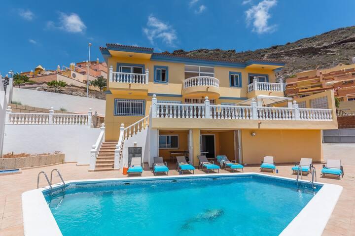 Four bedroom luxury Villa with fantastic sea views