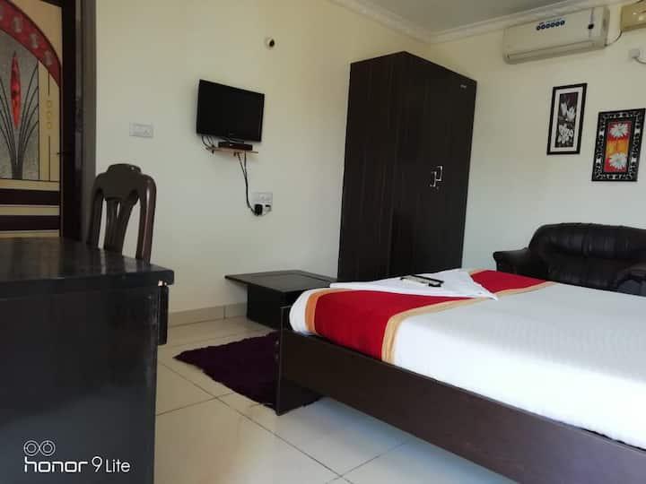 Single Serviced Room with Breakfast & Wifi