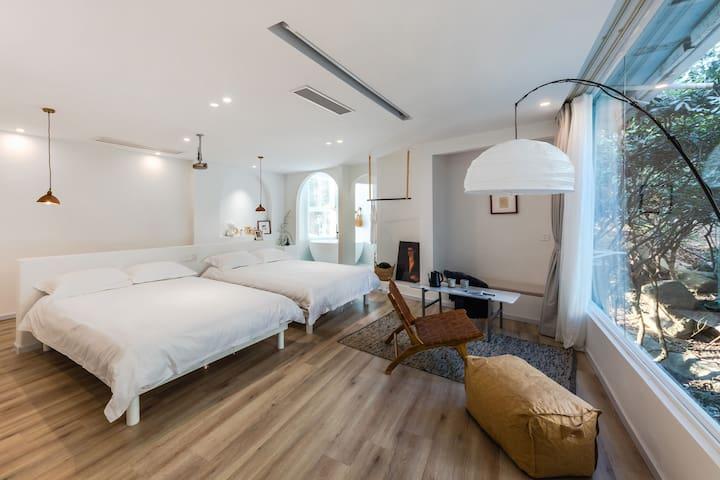 厦门环岛南路,曾厝垵,厦大,沙坡尾设计师民宿投影浴缸双床房ROOM305