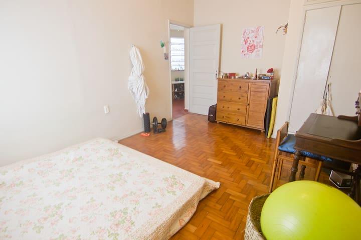 Quarto grande e confortável. Podemos arrumar as camas para solteiros ou casal. vista da porta da Varanda.