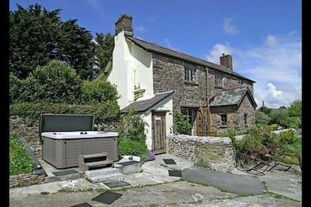 Large cozy farmhouse- quiet village - Littleham