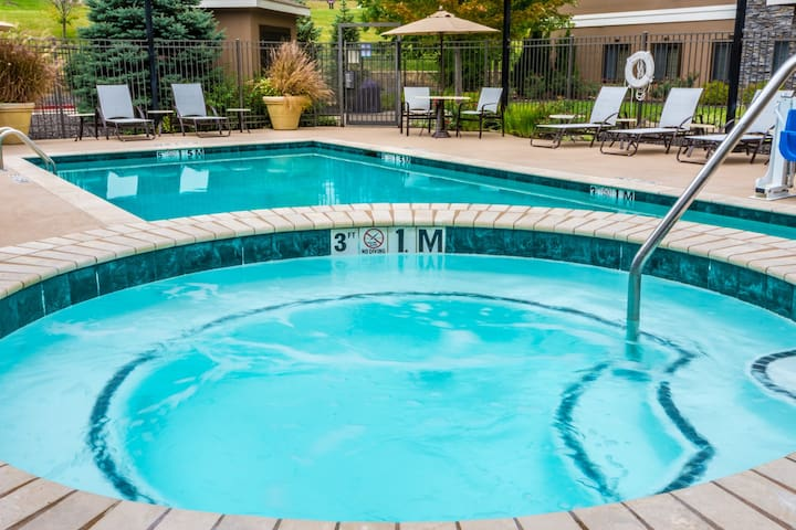 Free Breakfast. Outdoor Pool & Hot Tub. Close to Centerpoint Medical Center!