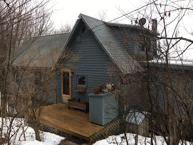 "Snug hilltop ""treehouse"" with gorgeous views - Hillsdale - Cabaña"