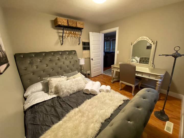 Romantic Lakeside Cabin Suite