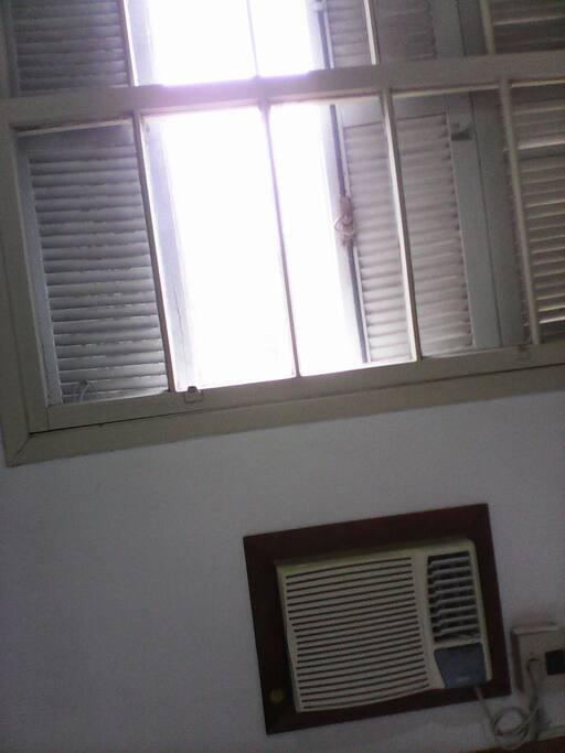 Ar condicionado frio, janela quarto.