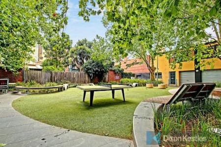 Beautiful room in an inviting South Melbourne home - South Melbourne - Huis