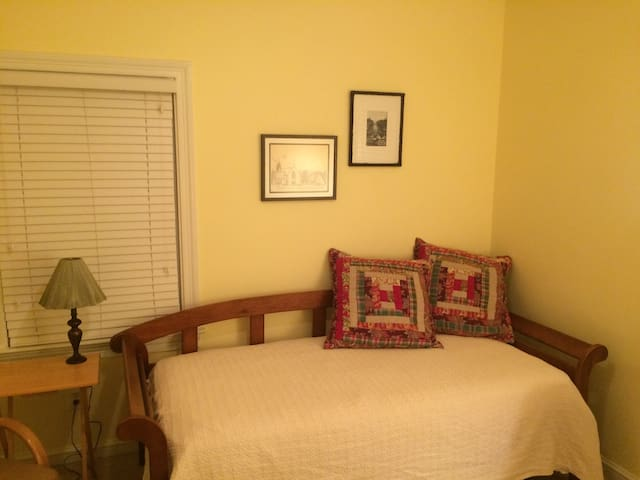 Private room/twin beds or king bed, walk to Metro - Arlington - Huis
