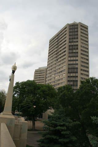 """RhodeHouse Executive Suites """"Renaissance Tower"""""""
