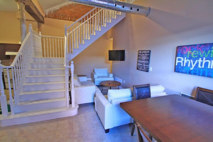 Room with en suite in unique loft-style apartment! - Thorold - Appartement