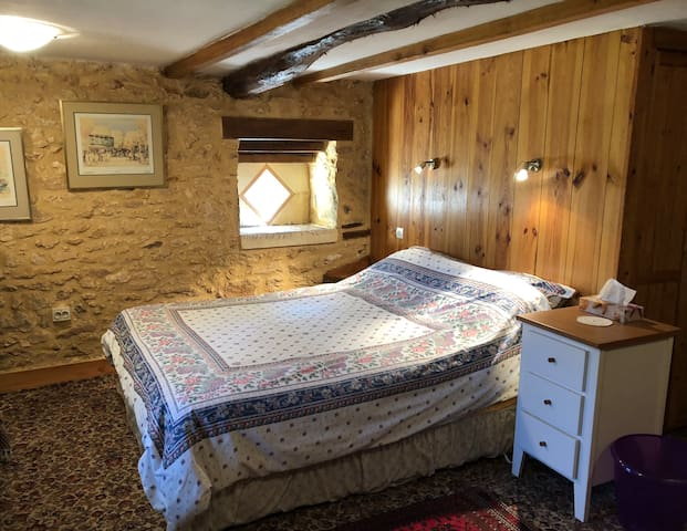 Private king room with ensuite in Sainte-Alvère