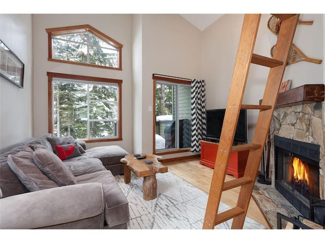 1 Bdr Creekside retreat, cabin feel, steps to lift