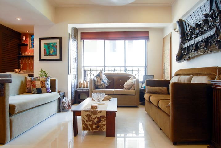 Cosy Guest Room with 2 Labradors in Trendy Bandra