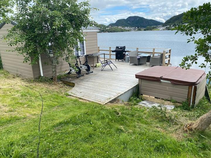 Hytte v/sjøen med stor uteplass jazzuci båt grill
