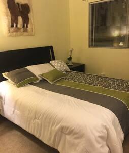 Comfortable bedroom with Queen bed - Los Angeles - Társasház