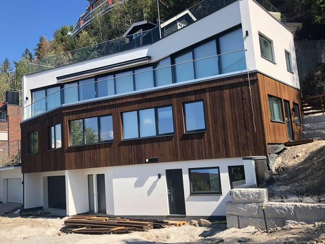 Splitter ny leilighet med kort vei til by og mark!