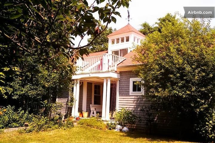 Charming secluded 1800's cottage - Newport - Hus