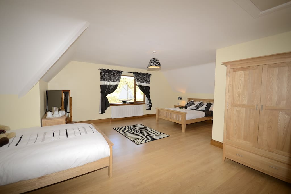 HILVIEW DELUXE SUITE BEDROOM