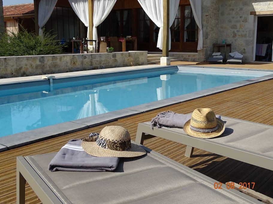 au bord de la piscine chauffée (mai à octobre)