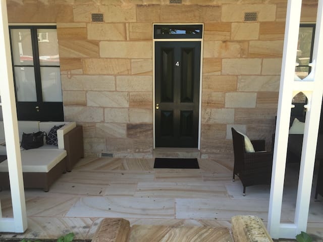 Modern, Private Entrance 1 Bed Apt - location! - McMahons Point - Apartment