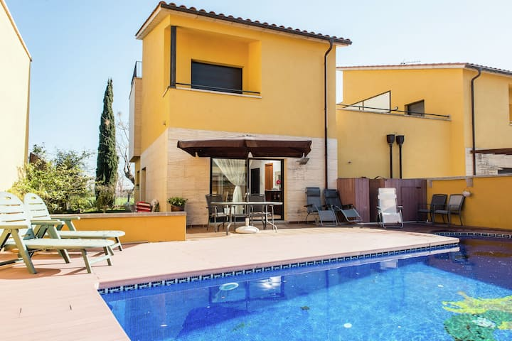 Pretty Holiday Home in Sant Pere Pescador with Swimming Pool