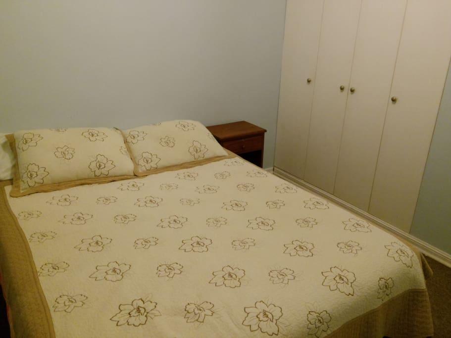 cama 2 plazas en pieza independiente