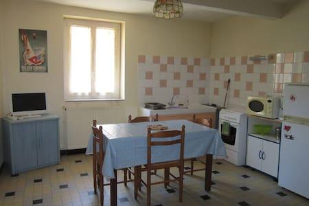 Appart. rdc maison de village - Savignac-les-Ormeaux - Apartament