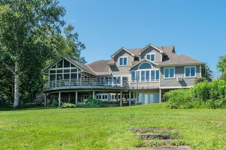 Amazing Estate with a Lake and Hot Tub. Sleeps 22.
