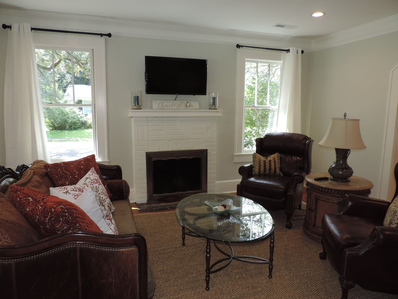 Bright Family Room in Tranquil Setting!