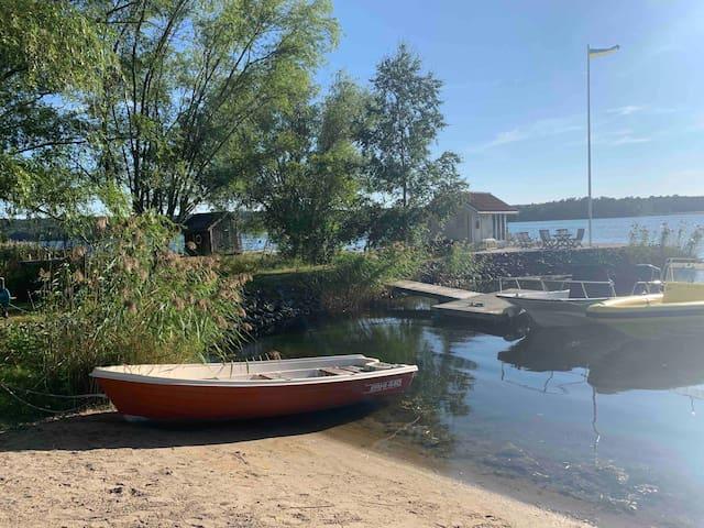 Fräscht möblerad stuga på sjötomt i Tyresö Brevik