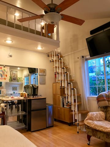 Sunny Room with Loft in Wine Country Home near SF
