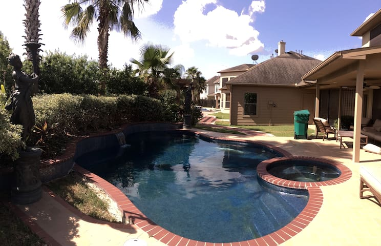 Beautiful 4 Bedroom Home With Pool in Sugarland - Sugar Land