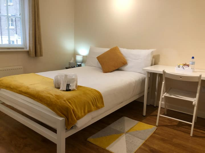 Private Room - Walk to Town- Parking -FREE Netflix
