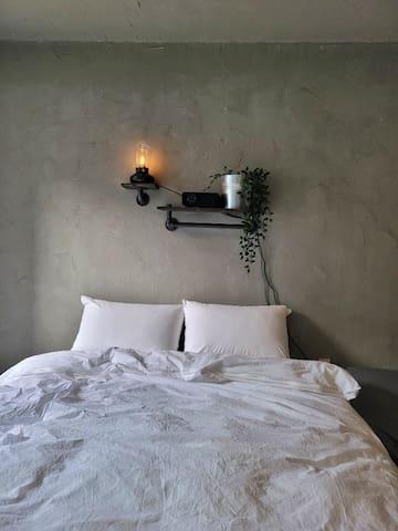 침실이 따로 마련되어 있고 포근한 침대 머리맡에는 랜턴과 빔프로젝터가 준비되어 있습니다 소품은 때에 따라 다를 수 있습니다^^