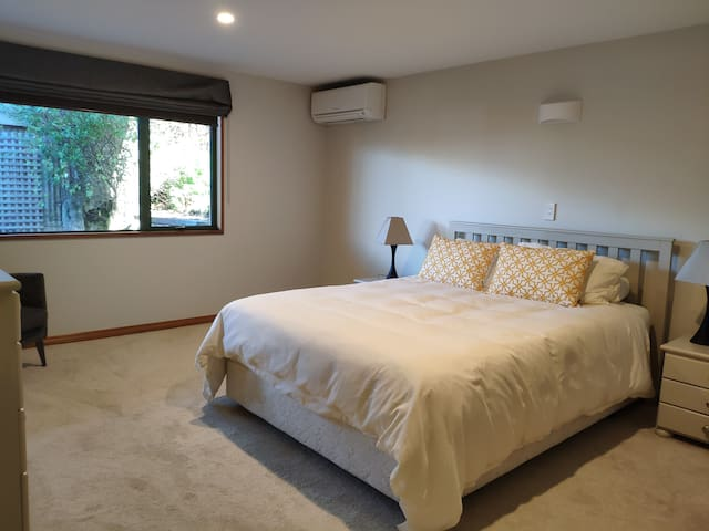 Queenstown Hill apartment close to towncenter
