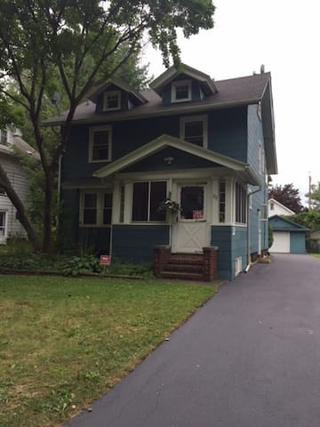 Cozy room near Park Ave, the lake & downtown - Rochester - Hus
