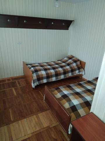 Спальня с двумя односпальными кроватями